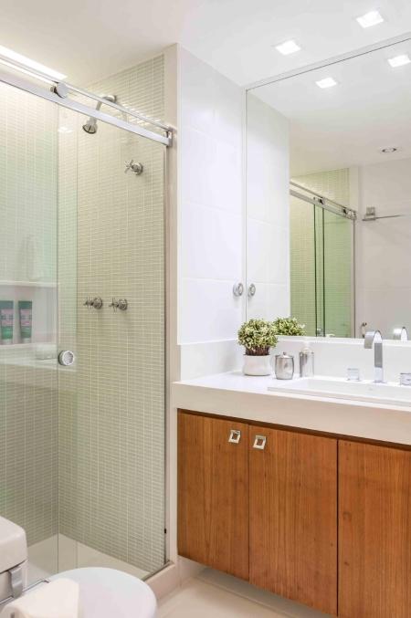 Banheiro criado com diferentes Materiais