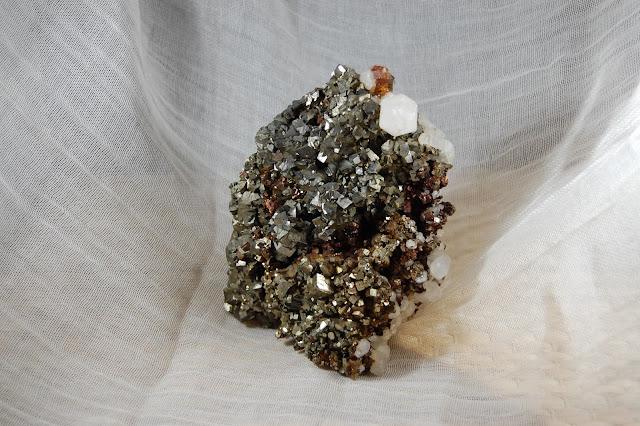Pyriet met chalcopyriet en calciet
