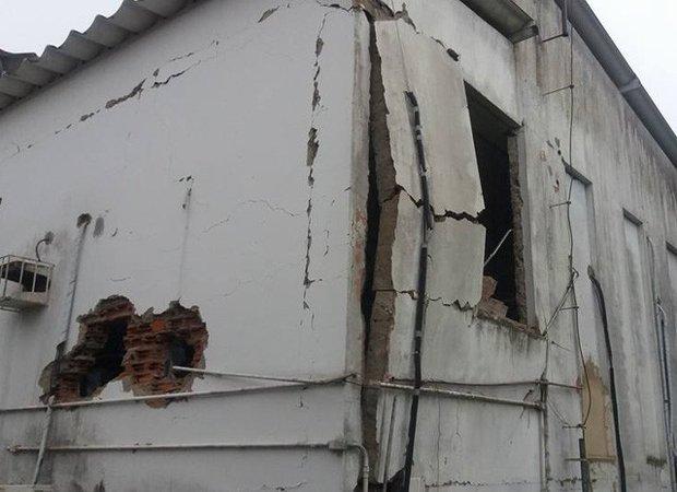 Estrutura da agência foi danificada por causa da explosão (Foto: Alex Barbosa/Coração Notícias)