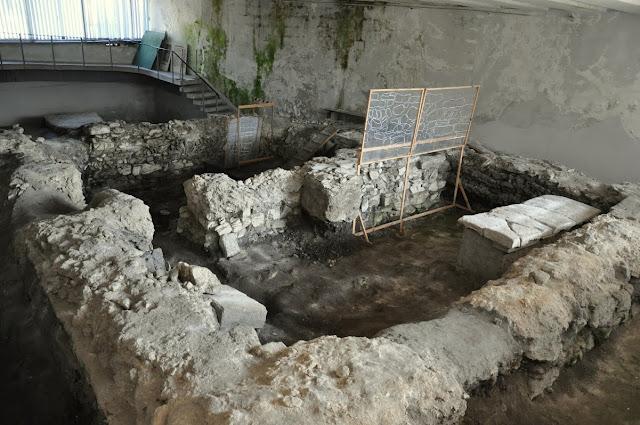 Wiślica -  in situ relikty kościoła romańskiego z przełomu XI i XII wieku pod hipotetycznym wezwaniem Św. Mikołaja