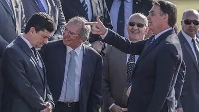 Bolsonaro daz arminha para cabeça de Moro