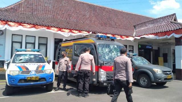 Demo Bebaskan HRS di Tasikmalaya Rusuh, 3 Mobil Polisi Rusak, 1 Polisi Terluka, Kantor Kejari Dilempar Batu
