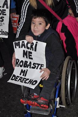 Mauricio Macri da de baja las pensiones a los menores discapacitados. Agregarán también mayores requisitos a las pensiones para adultos con síndrome de Down, cáncer, HIV, Parkinson y EPOC, entre otras