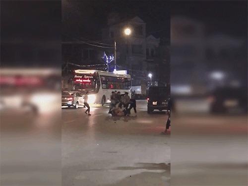 CLIP Chủ quán cơm cầm dao chém tới tấp chủ xe khách dã man giữa đường phô Hà Nội