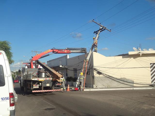 Em Delmiro Gouveia, caminhão baú bate em poste, rompe fiação e deixa moradores sem energia elétrica