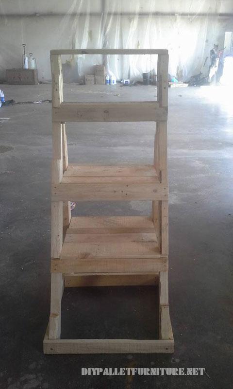 la idea es muy simple se trata de construir una escalera con tablas de palets y utilizarla como estantera donde colocar plantas el resultado como veis