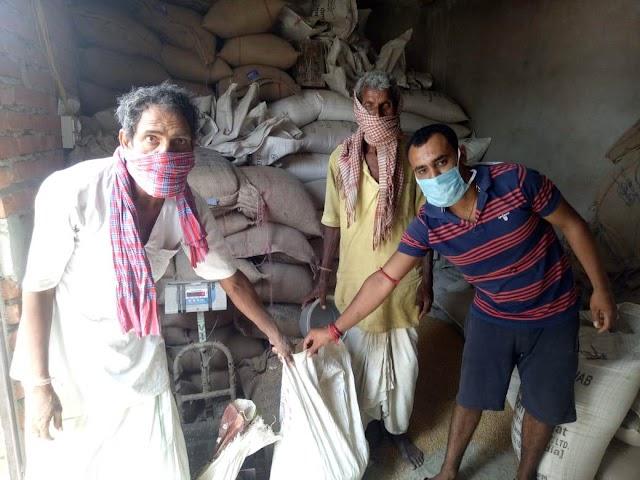 दामोदरपुर में उपभोक्ताओं को मिल रहा डेटॉल पानी के साथ निःशुल्क खाद्यान्न