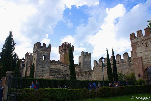 Vista del bel castello nel centro città di Lazise