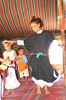 Los campos de refugiados saharauis en Argelia del sur tienen un 90% de mujeres y niños, esto se debe a que la mayoría de hombres se sumaron al Ejército del Frente POLISARIO y están luchando contra Marruecos. Son las mujeres las fundadoras de estos campos y en gran medida las responsables de todos los aspectos de la vida de los refugiados. Las mujeres Saharauies se encargan de la mayoría de los trabajos básicos: educación, administración y salud. Hoy por hoy, se cree que más del 90% de los educadores son mujeres, lo que supone una gran diferencia con los primeros años de los campos, en los que sólo había dos mujeres educadoras pues no estaba permitido que las mujeres estudiaran durante la época del colonialismo español.