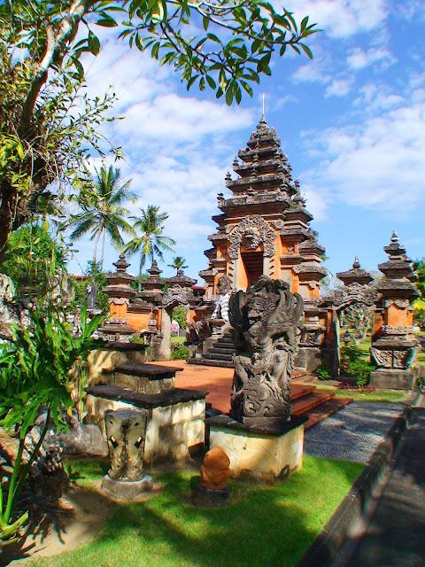 Изображение типично индонезийского храма на острове Бали, Индонезия