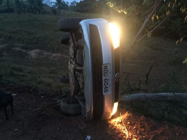 Piloto morre em batida entre carro e moto e duas pessoas ficam feridas