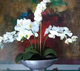 Montado com orquideas brancas possui volumetria aproximada de 60x60x60cm