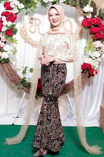 Model kebaya brokat modern hijab warna gold