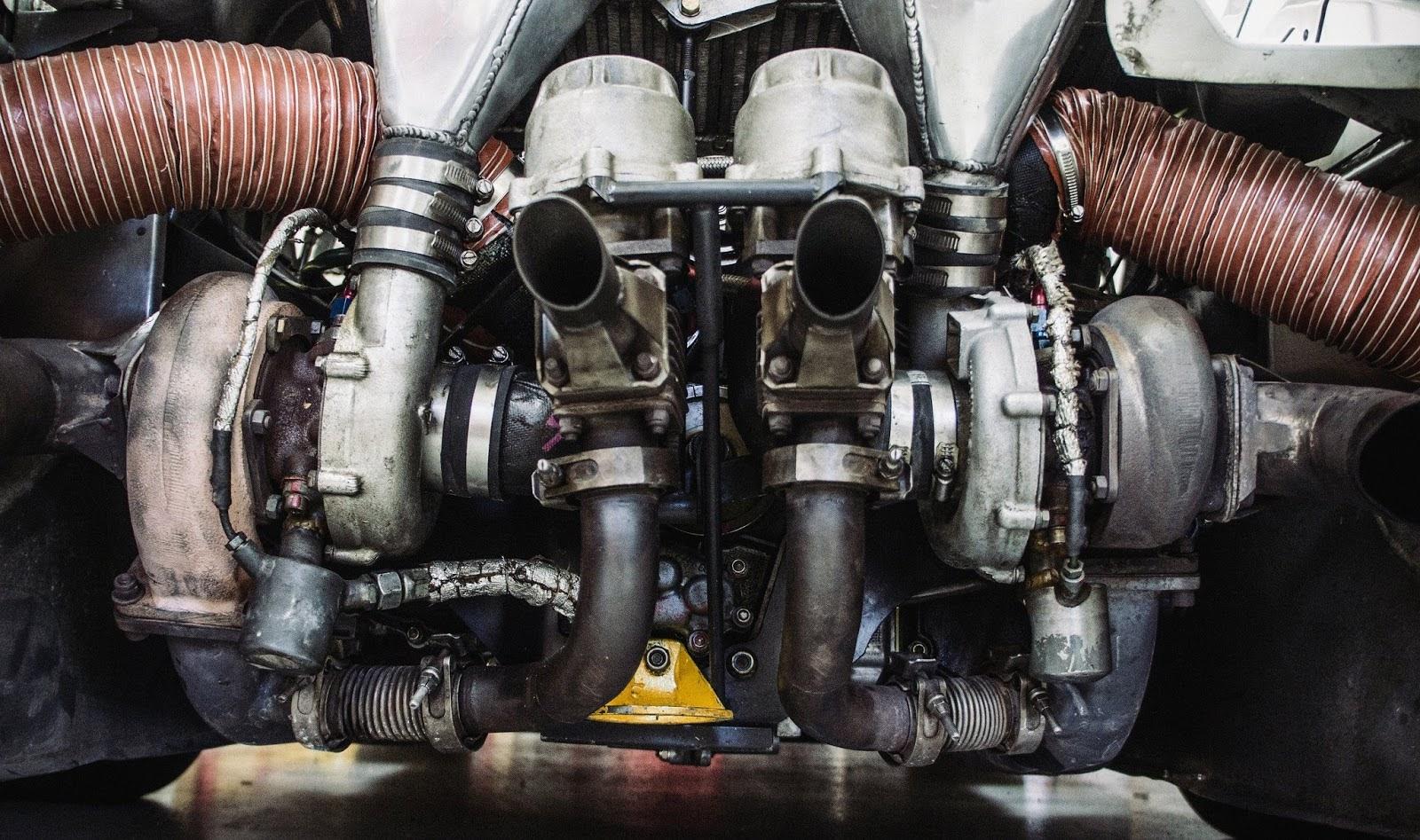 Primer pla del motor d'un Porsche 935