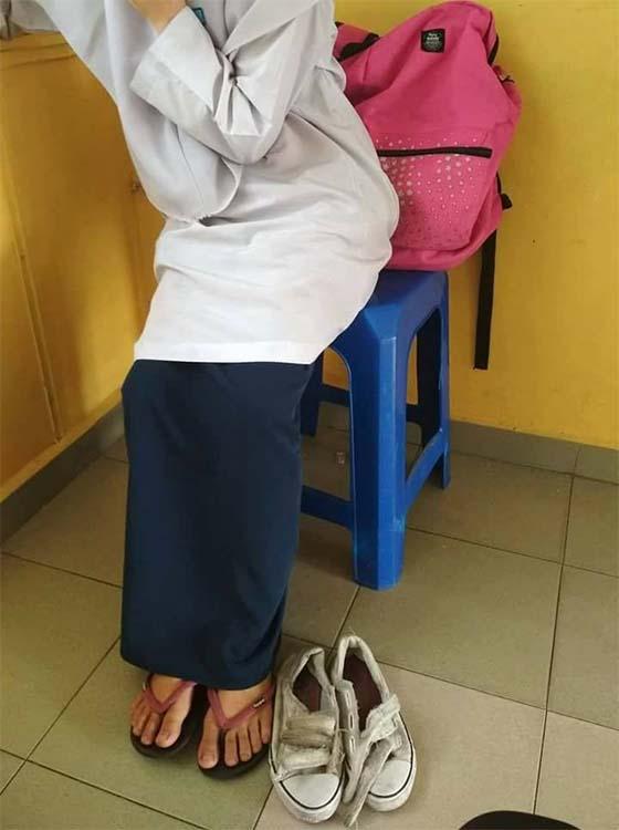 Bergenang Air Mata Cikgu Selepas Mengetahui Kenapa Muridnya Sering Berselipar Ke Sekolah