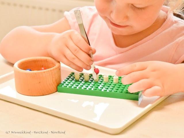 Übung der Feinmotorik, der Augen-Hand-Koordination, des Pinzettengriffs, der Geduld und er Geschicklichkeit. Das alles ist mit der Lego - Pinzettenübung möglich. Lernen mit Lego ist so vielfältig!