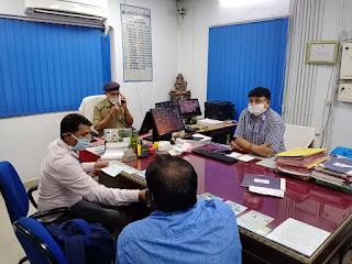 उरई में बैंक चेकिंग कर सोशल डिस्टेंसिंग बनाए रखने हेतु जागरूक किया आवश्यक दिशा-निर्देश दिए -अपर पुलिस अधीक्षक जालौन              संवाददाता, Journalist Anil Prabhakar.                 www.upviral24.inउरई में बैंक चेकिंग कर सोशल डिस्टेंसिंग बनाए रखने हेतु जागरूक किया आवश्यक दिशा-निर्देश दिए -अपर पुलिस अधीक्षक जालौन              संवाददाता, Journalist Anil Prabhakar.                 www.upviral24.in