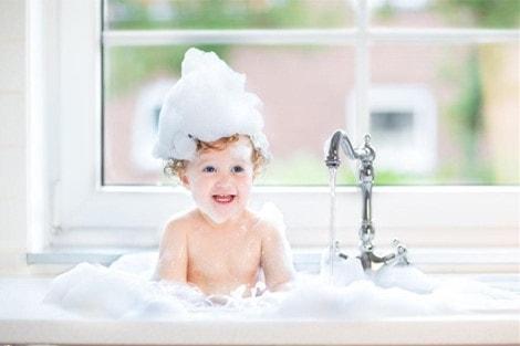 Muà rét các bé nên tắm bao nhiêu lần mỗi ngày?