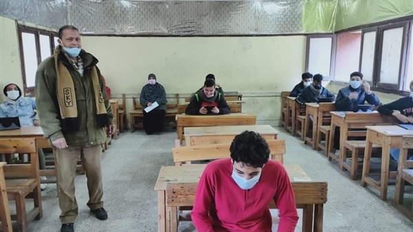 طلاب الصف الثالث الثانوى يؤدون ٣ مواد بالامتحان التجريبي الثاني اليوم
