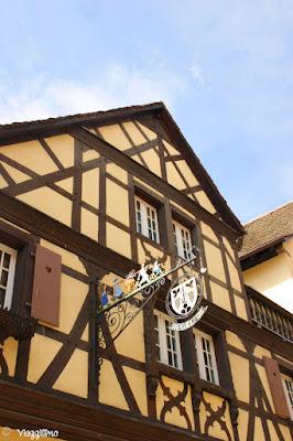 Tipiche insegne Alsaziane in ferro battuto a Riquewihr