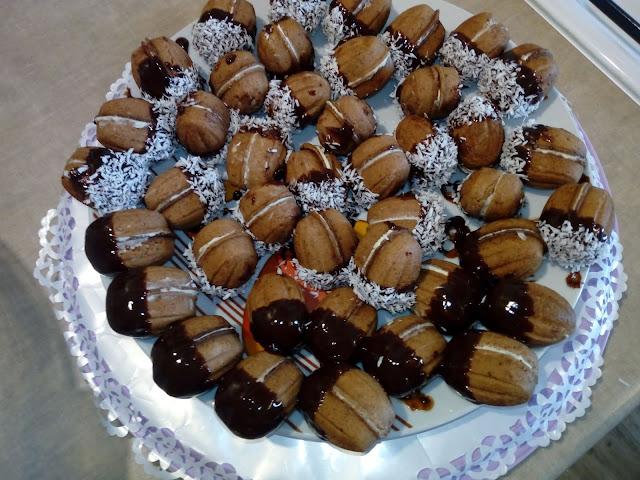 orzeszki z kremem kokosowym orzeszki orzechowe kruche orzeszki orzeszki z ciasta kruchego orzechy z masa kokosowa orzeszki z czekolada ciastka na swieta ciastka na boze narodzenie ciastka dla dzieci