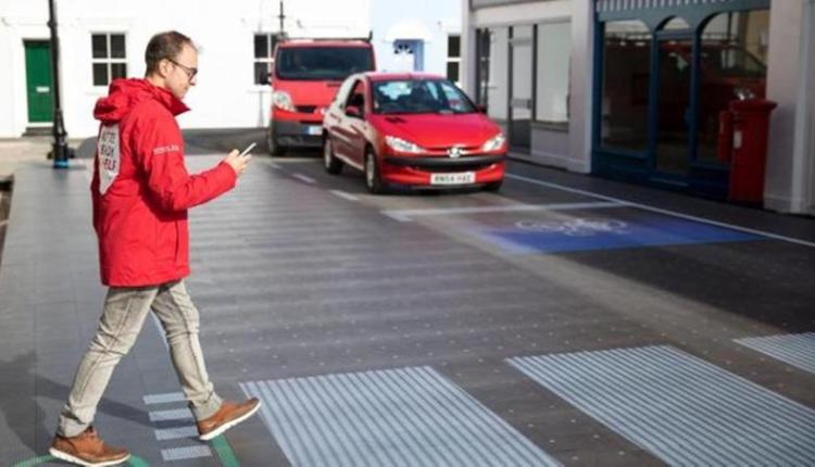 هذه هي أول دولة تفرض عقوبات على مستعملي الهواتف أثناء عبور الشارع