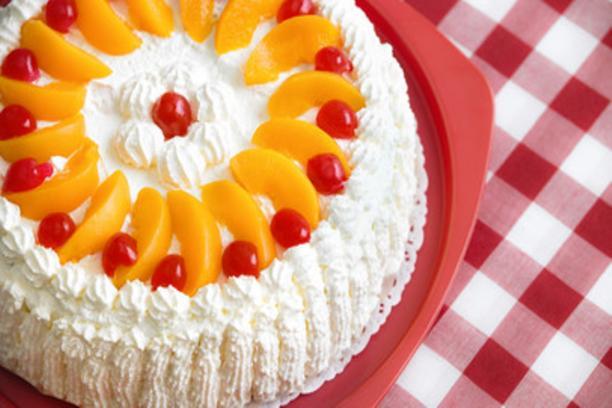 Torta rellena de durazno y crema