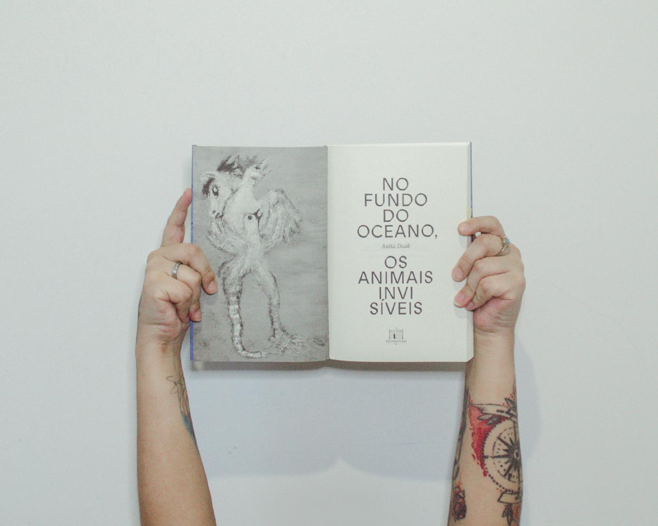 Segurando o livro nas mãos