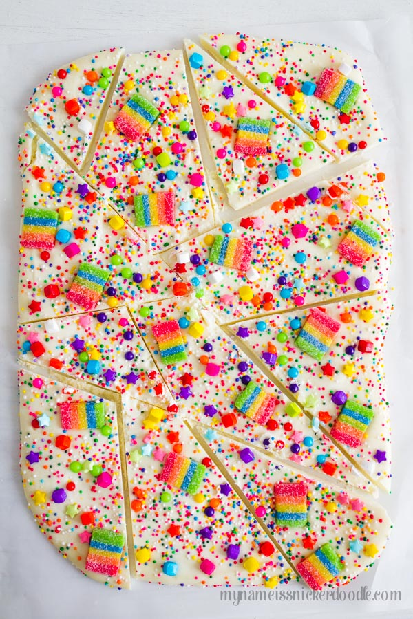 Oh my adorablness!  This Candy Rainbow Bark would be perfect for any birthday party to St. Patrick's Day!  |  mynameissnickerdoodle.com
