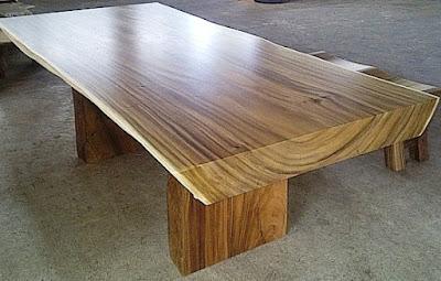 Meja dari kayu Trembesi
