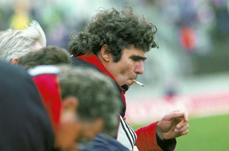 Feyenoord-trainer Wim van Hanegem geniet van een sigaret