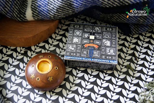 EtnoBazar.pl - Kadzidła stożkowe NAG CHAMPA INDIE oraz drewniany stojak na kadzidełka kulka