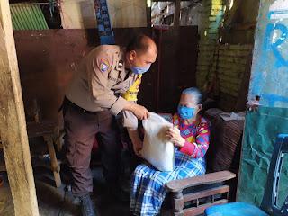 Bhabinkamtibmas Camba Berua Aipda Ridwan Salurkan Bantuan Beras Mabes Polri