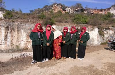 Gambar 9.  Foto Bersama Pedagang di Gunung Kapur