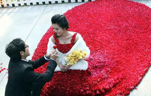 gaun pengantin bunga mawar Gaun Pengantin Paling Unik dan Aneh di Dunia