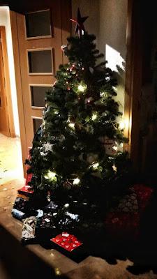 El arbolito de la Academia-Jedi de este año, rodeado de regalos.