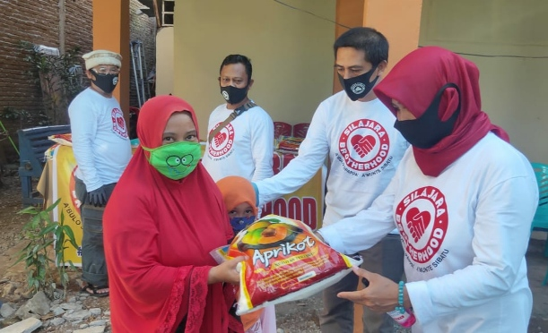 Komunitas Silajara Brotherhood Bantu Warga Selayar Terdampak COVID-19 Di Makassar