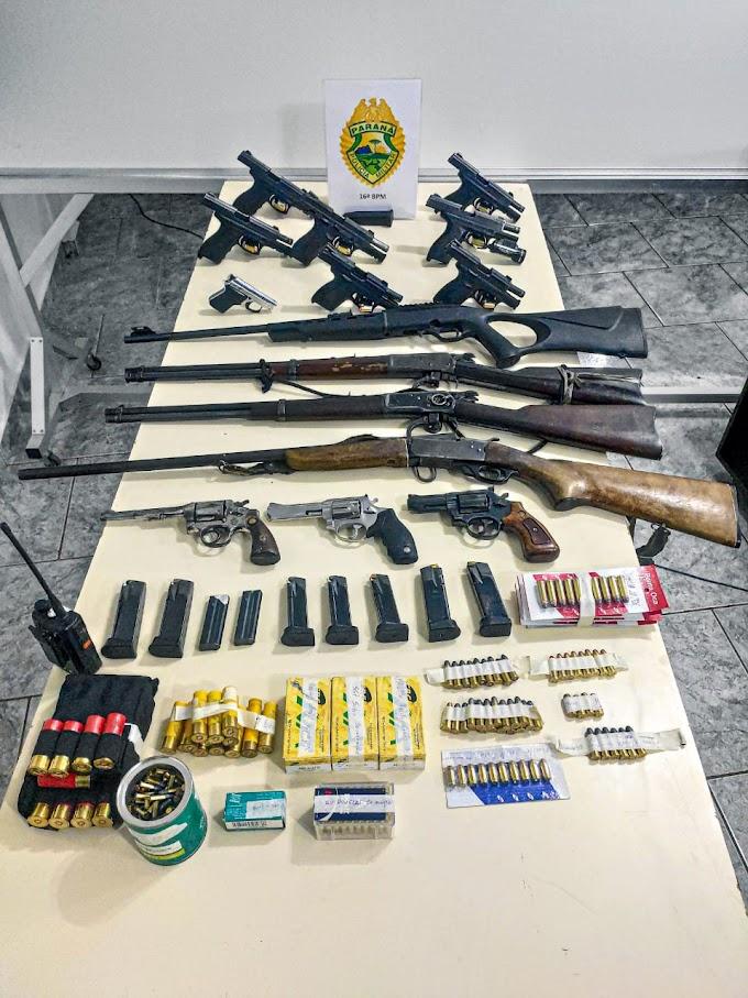 PM apreende mais de 800 munições, 15 armas, 17 carregadores e 25 pessoas detidas em Guarapuava