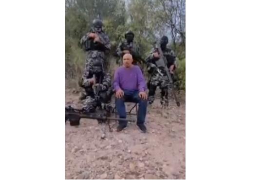 """Video: Sicarios interrogan a integrante de """"La Plaza"""" grupo de Rafael Caro Quintero, narra como levantan a mujeres y las queman en Guaymas"""