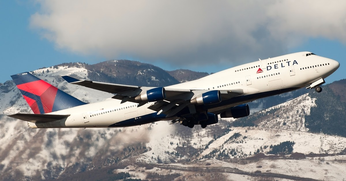 Delta Air Lines Wallpaper: Delta Air Lines Boeing 747-400 Flying In Italy