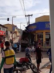 Caminhão desgovernado desce ladeira e colide em poste no Centro de Lago da Pedra