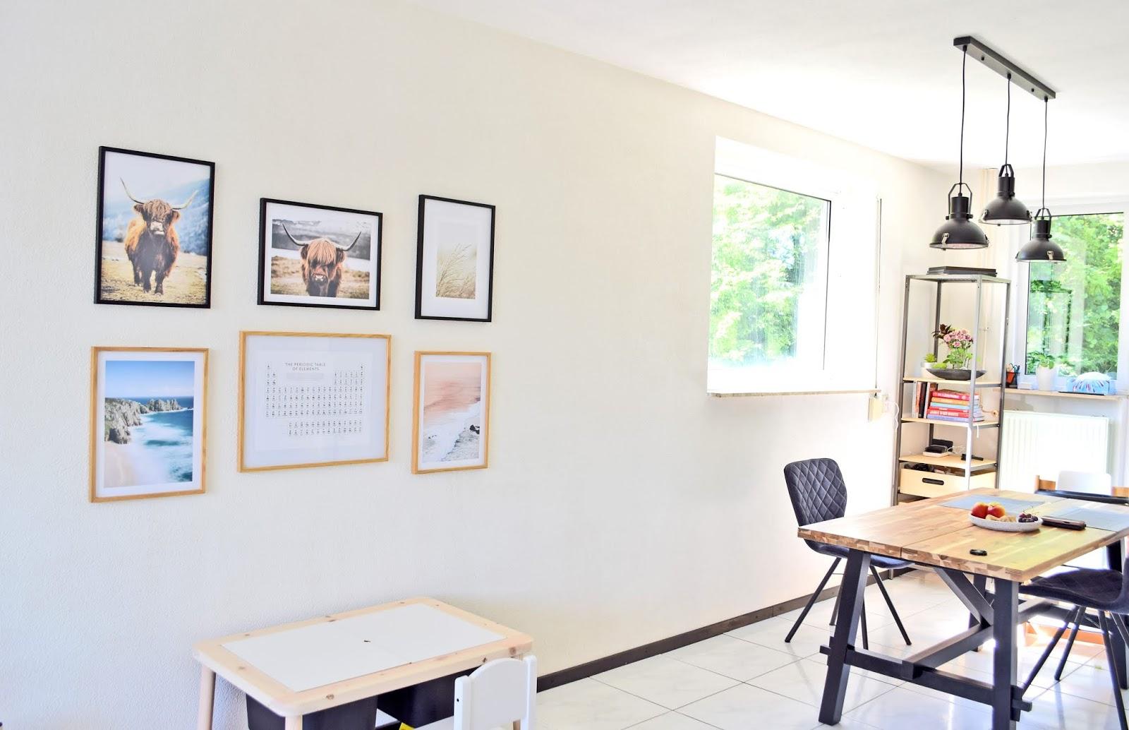 Mini galeria obrazów w salonie