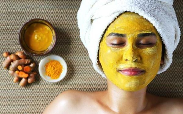 Bôi bột nghệ lên mặt đúng cách giúp đánh tan mụn hiệu quả