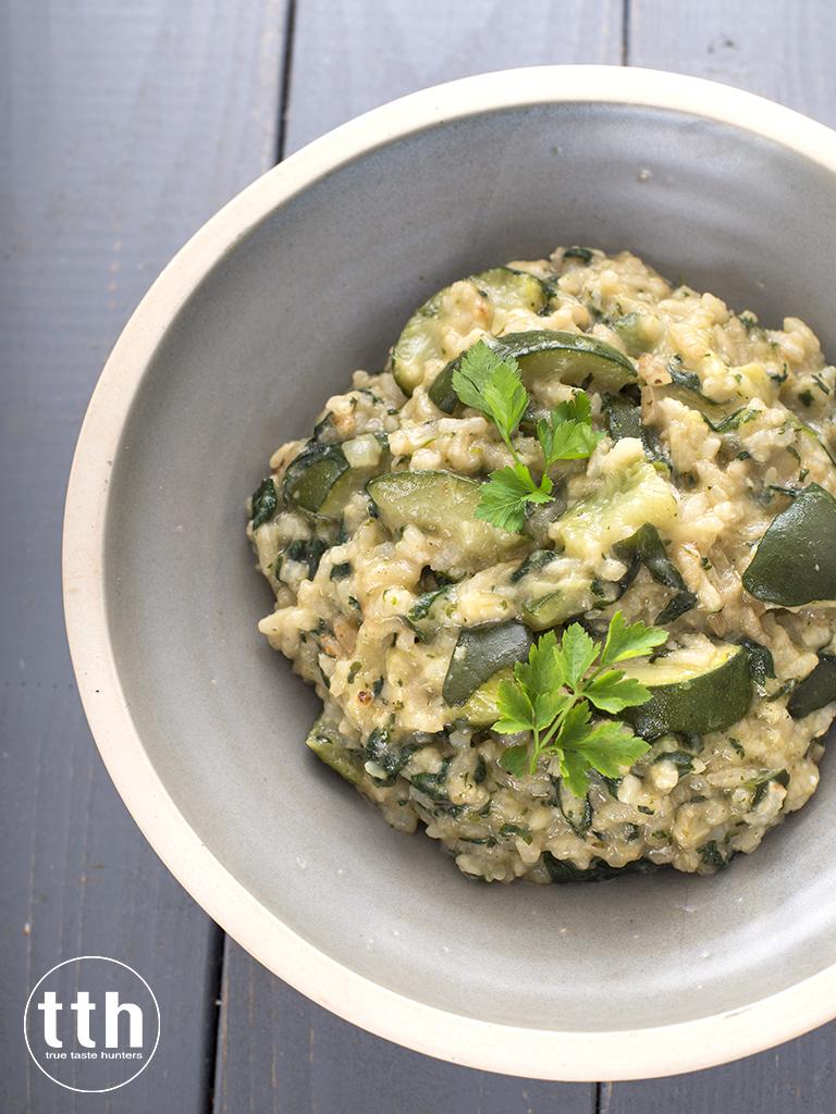 Wegańskie risotto z pokrzywą i cukinią