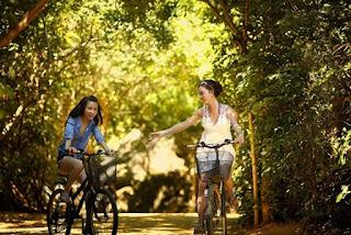 wanita bersepeda santai