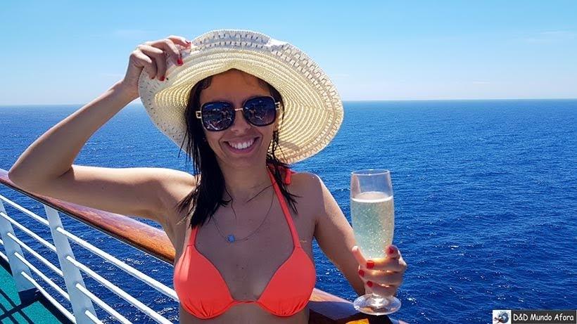 Provando um espumante no navio - Cruzeiros marítimos: tudo sobre viagem de navio