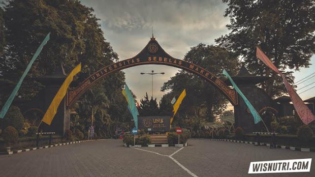 Gerbang depan boulevard UNS
