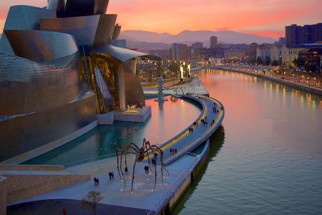 Atardecer sobre el Museo Guggenheim Bilbao