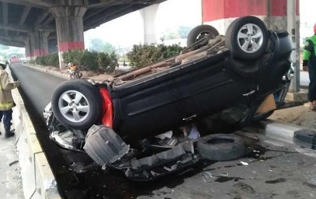 Sopir Diduga Ngantuk, Mobil Rush Terbalik di Jatinegara