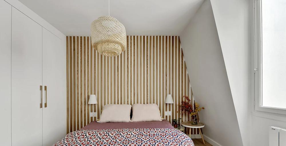 Dormitorio con listones de madera